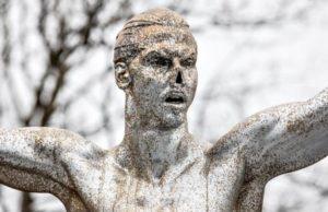 รูปปั้นซลาตันอิบราฮิโมวิช ถูกตัดจมูกออกอย่างป่าเถื่อน