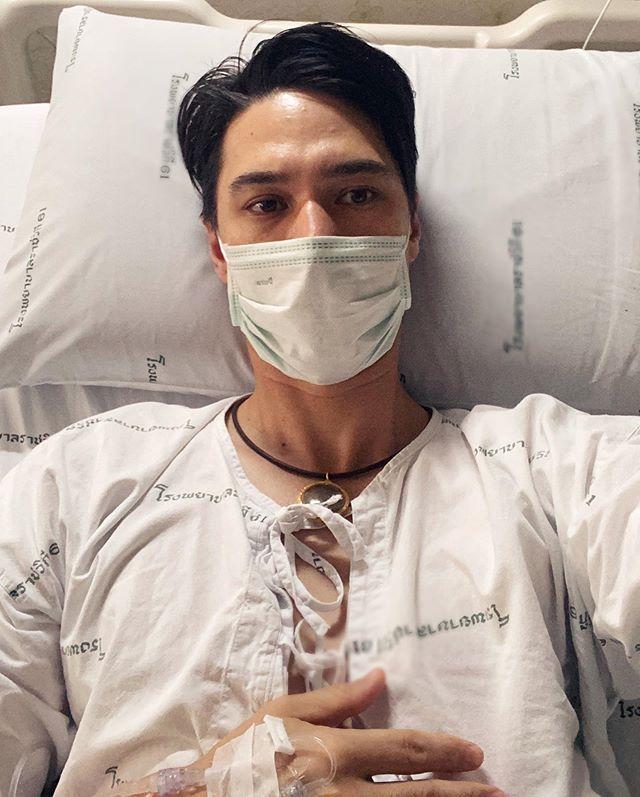 แมทธิว ดีน โพสต์ภาพนอนโรงพยาบาลครั้งแรก หลังตรวจพบโควิด-19